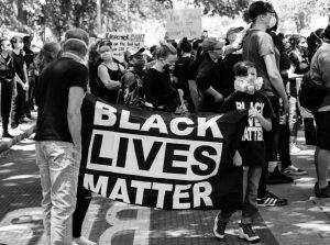 Stotine tisuće prosvjednika na ulicama američkih gradova. Policajcima u održavanju reda i mira pomagala Nacionalna garda